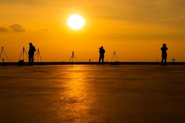 Fotograf, der bilder auf einem hohen gebäude macht