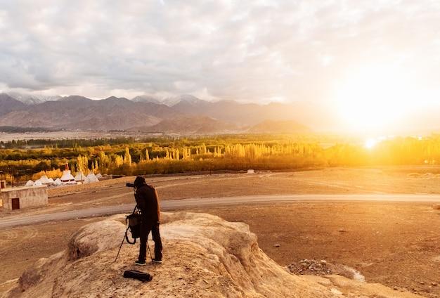 Fotograf, der das licht für das fotografieren des majestätischen himalajas wartet