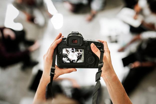 Fotograf, der ein bild aufnimmt