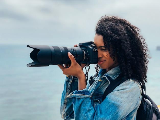 Fotograf, der ein bild von einer ozeanküste macht