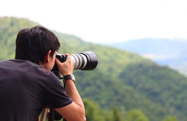 Fotograf, der ein foto im freien macht