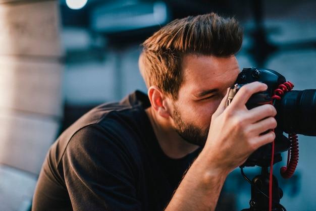 Fotograf, der ein foto mit einem dslr macht