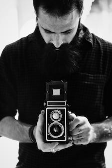 Fotograf, der eine weinlesekamera verwendet