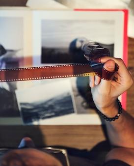 Fotograf, der einen film betrachtet
