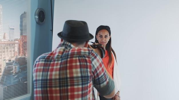 Fotograf, der foto des schönen gemischtrassigen modells im studio macht.