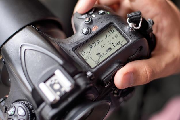 Fotograf, der kamera für ein schießen einrichtet