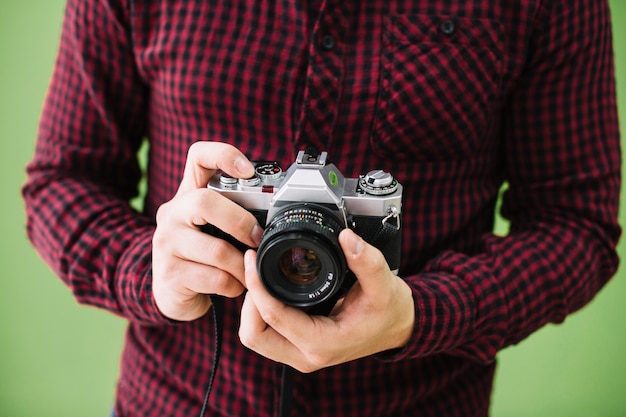 Fotograf, der kamera hält