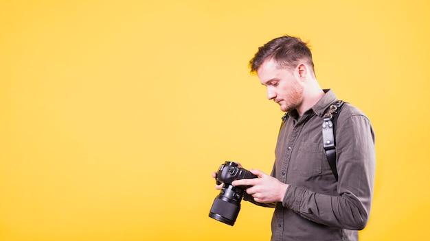Fotograf, der kameraschirm betrachtet