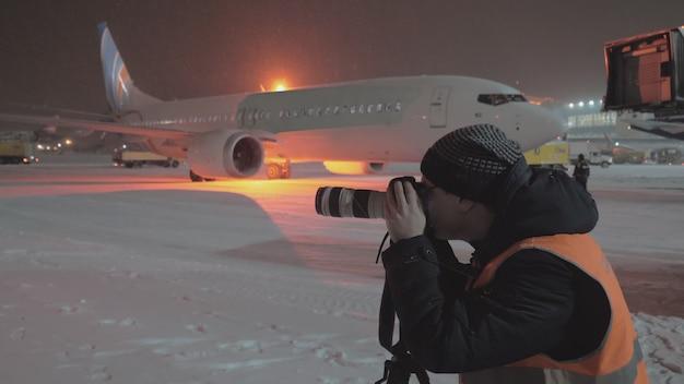 Fotograf, der nachts am flughafen arbeitet