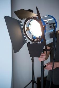 Fotograf, der scheinwerfer einstellt