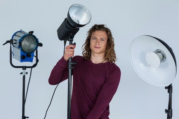 Fotograf, der scheinwerfer repariert