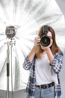 Fotograf hält eine professionelle kamera