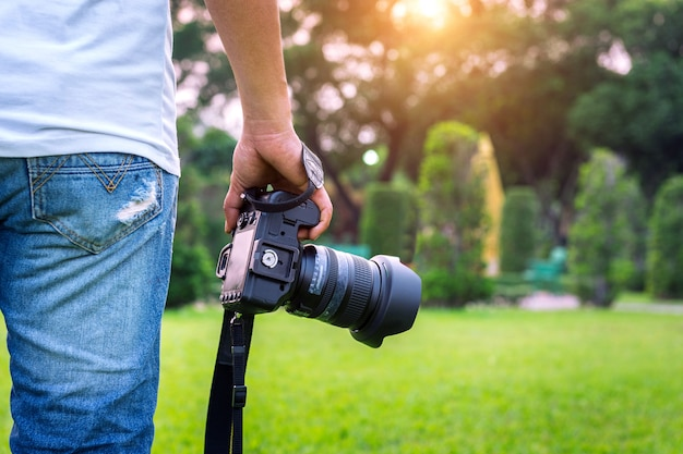 Fotograf hält kamera.