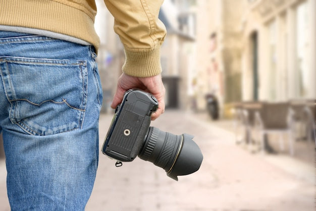 Fotograf hält seine fotokamera