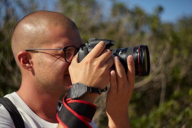 Fotograf in der natur in aktion an einem sonnigen tag