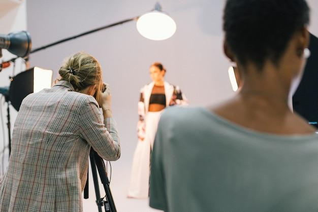 Fotograf in einer sitzung mit einem modell