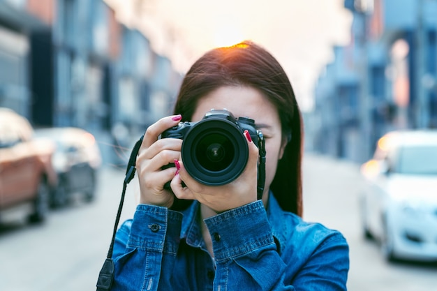 Fotograf macht bilder mit digitalkamera. vintage ton.