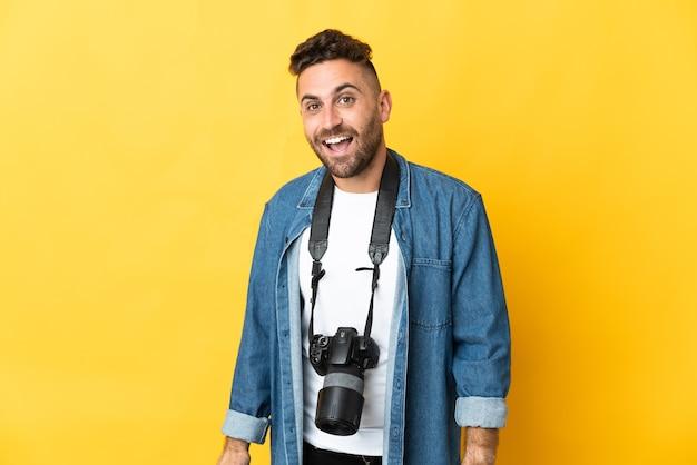 Fotograf mann isoliert auf gelb mit überraschung gesichtsausdruck