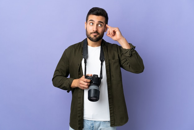 Fotograf mann über lila wand mit zweifeln und denken