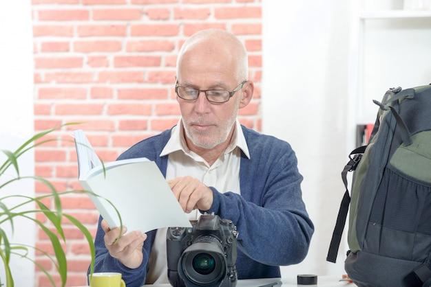 Fotograf mit der kamera und hinweis