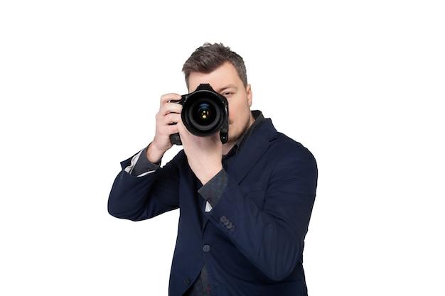 Fotograf mit digitalkamera, die bild auf weiß, vorderansicht aufnimmt