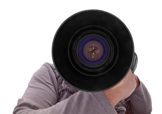 Fotograf mit großem objektiv auf weißem hintergrund