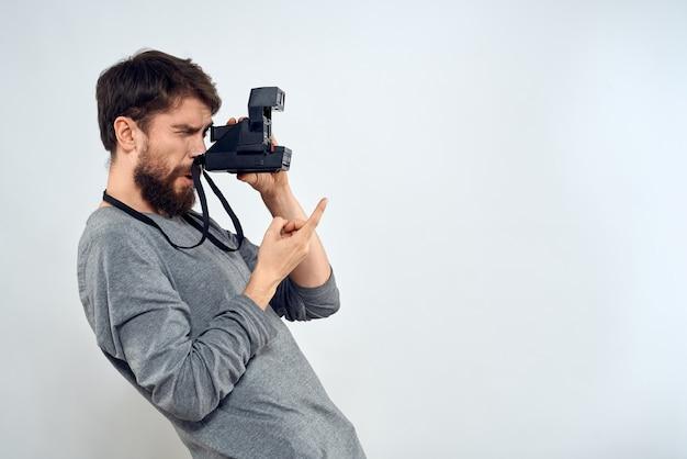 Fotograf mit kamera auf hellem hintergrund