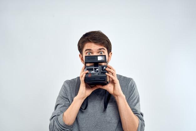 Fotograf mit kamera hobby technologie studio lifestyle kreatives licht.