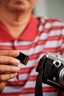 Fotograf mit kamera und speicherkarte