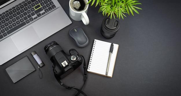 Fotograf mit laptop-dslr-kamera auf einem schreibtisch zu hause
