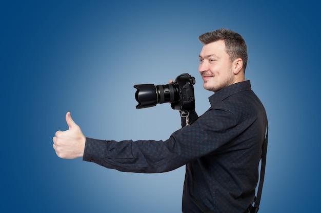 Fotograf mit professioneller digitalkamera zeigt daumen hoch