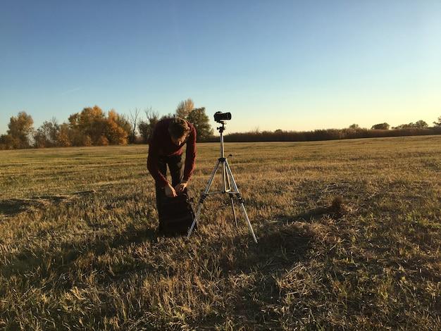 Fotograf mit stativ und landschaftsfotografie machen