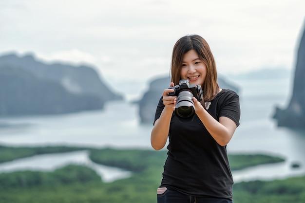 Fotograf oder tourist über die fantastische landschaft von samed nang chee aussichtspunkt