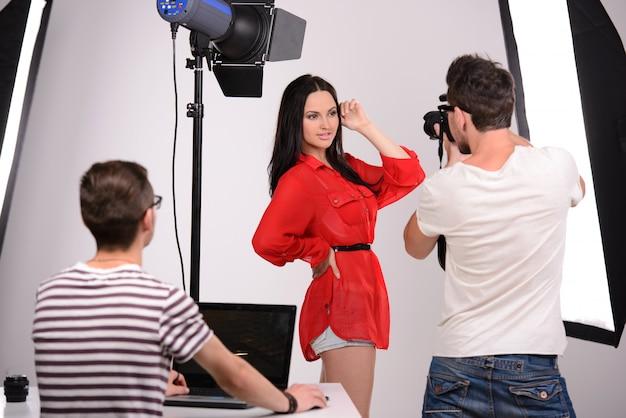 Fotograf und model im studio arbeiten.