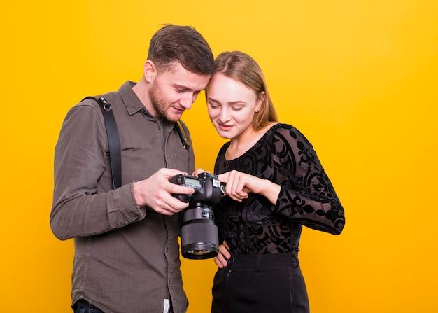 Fotograf und modell, die bilder vor der kamera überprüfen