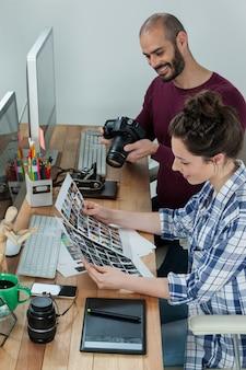 Fotografen arbeiten am schreibtisch