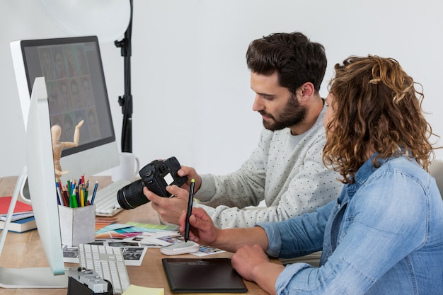 Fotografen arbeiten zusammen am schreibtisch