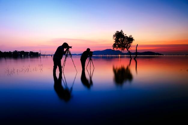 Fotografen, silhouette von zwei fotografen und sonnenuntergang