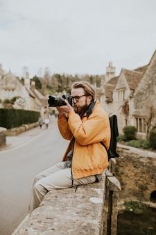 Fotografenmann, der fotos im dorf macht