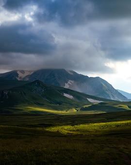 Fotografie des berges oshten. dramatischer himmel