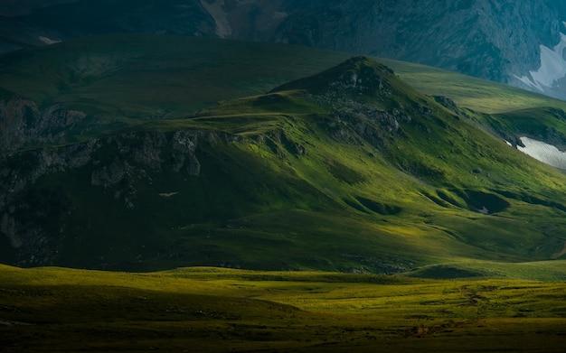 Fotografie des berges und des dramatischen himmels