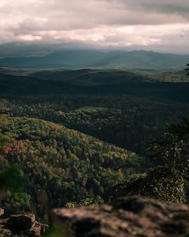 Fotografie des grünen tals und der berge