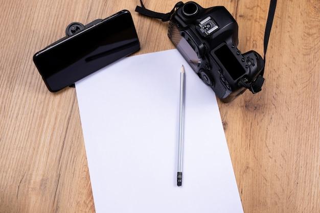 Fotografie e-learning. studieren vintage kamera, online-kurs. weißes leeres raumblatt und ultimativ