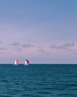 Fotografie eines sommermeeres und der hellen yachten