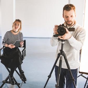 Fotografie-projekt. teamwork kreativer prozesse. führender mann des weiblichen art director schießens.