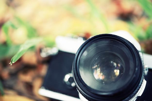 Fotografie und kamerakonzept. nahaufnahme der alten kamera auf dem boden.