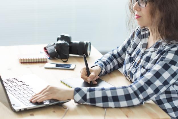 Fotografie, webdesign und grafikkonzept - frau in den gläsern unter verwendung des mauspfannenskizzengeräts