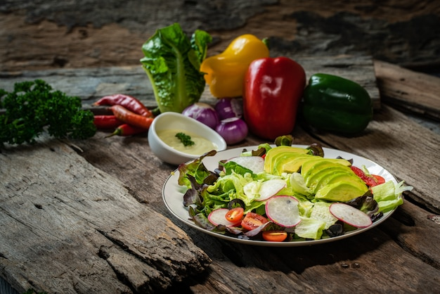 Fotografien verschiedener gemüsesorten und salate