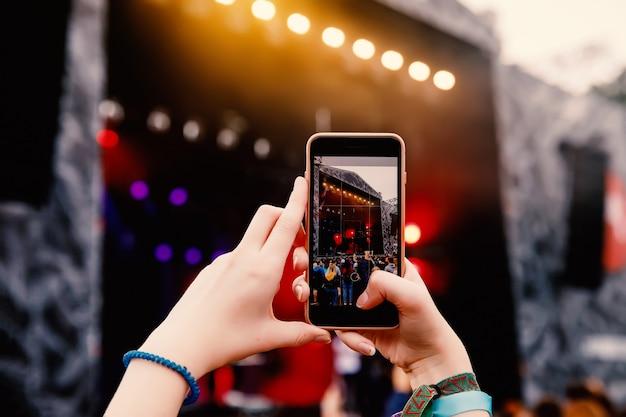 Fotografieren eines straßenkonzerts am telefon
