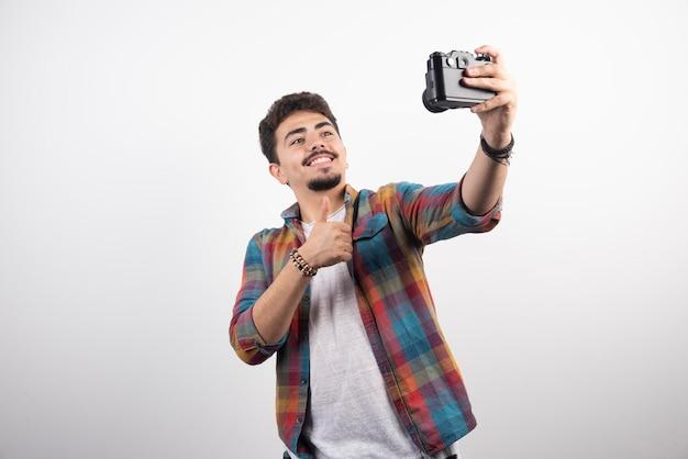 Fotografieren sie seine selfies positiv mit einer kamera.